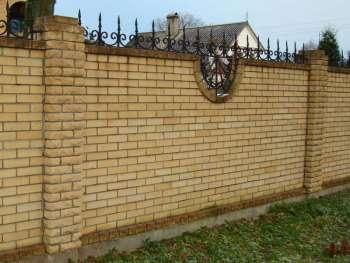 Кирпичный забор с декоративными элементами