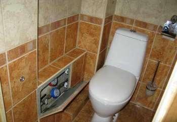 Как закрыть трубы в туалете: обзор популярных решений